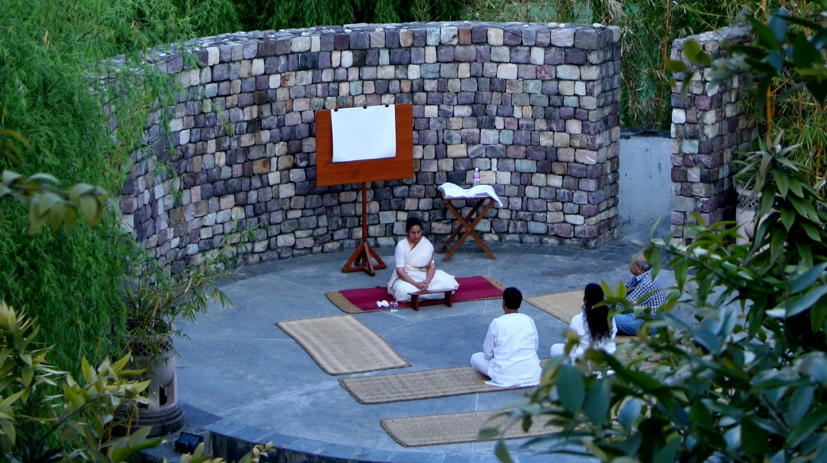 Meditation und Yoga unter freiem Himmel.