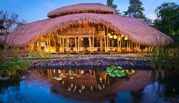 Villen im Hüttenstil gibt's im Fiveelements auf Bali.
