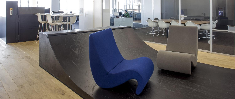 """Das Highlight des Bürodesigns: Die Skateboard-Ramp im Eingangsbereich. """"Ich wollte ein Element integrieren, das genau das widerspiegelt, was Millhaus ausmacht."""" Was ist bei Skate- und Snowboard-Events also naheliegender als eine Miniramp?"""
