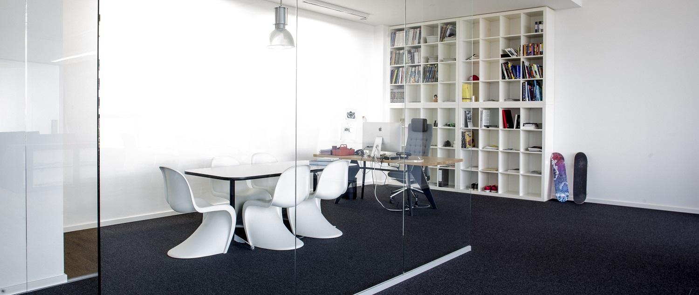 Entstanden ist ein lichtdurchfluteter Mix aus Großraumbüro und verschiedenen abgetrennten Bereichen. Durch die durchsichtigen Glaswände entsteht eine Open Space-Atomsphäre, die für kreative Teamarbeit sorgt.