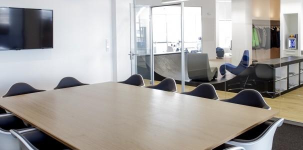 """Lediglich der Konferenzraum und die drei Chef-Büros sind räumlich von der großen Arbeitsfläche abgegrenzt. """"Manchmal braucht man dann doch seine Ruhe."""", gesteht Glück."""
