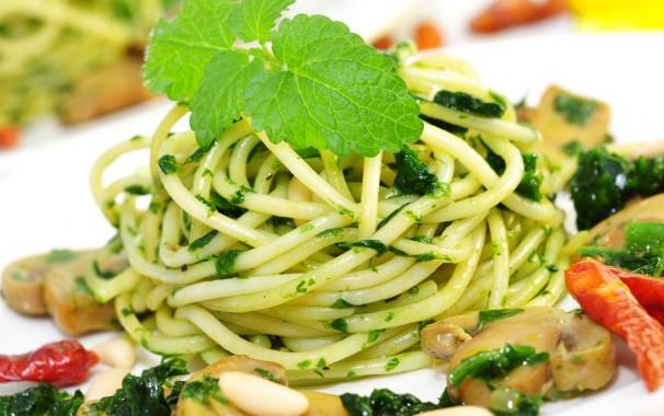 Das Ganze in grün: Nudeln mit Spinat. Der hohe Gehalt an Eisen und Vitamin C macht das grüne Blattgemüse besonders nahrhaft.
