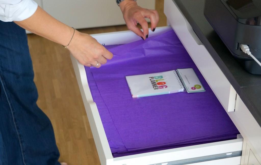 Das lilafarbene Papier, in das die Artikel gewickelt werden.