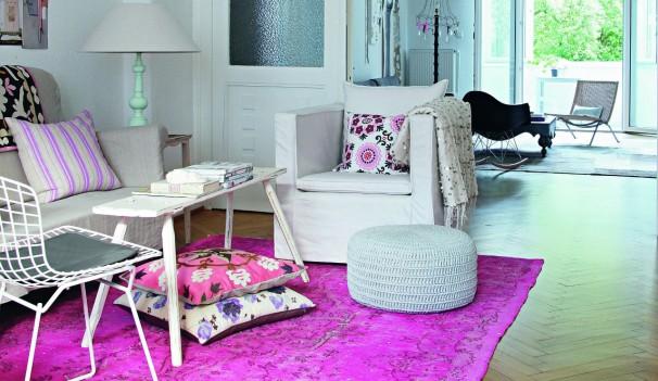 Bei Einrichtungsexpertin Holly Becker dominiert ein Vintageteppich in Pink das Wohnzimmer.